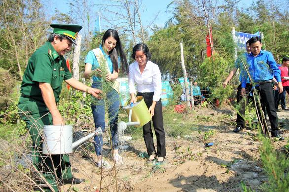 Hoa hậu trái đất Phương Khánh chung tay làm sạch biển - Ảnh 3.