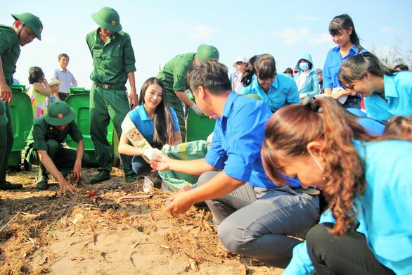 Hoa hậu trái đất Phương Khánh chung tay làm sạch biển - Ảnh 4.
