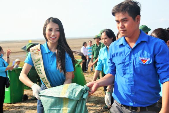 Hoa hậu trái đất Phương Khánh chung tay làm sạch biển - Ảnh 2.