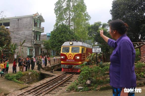 Chủ tịch Kim Jong Un vẫy chào Việt Nam, tàu rời ga Đồng Đăng - Ảnh 6.