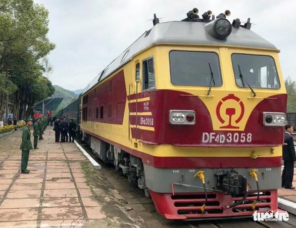 Chủ tịch Kim Jong Un vẫy chào Việt Nam, tàu rời ga Đồng Đăng - Ảnh 10.