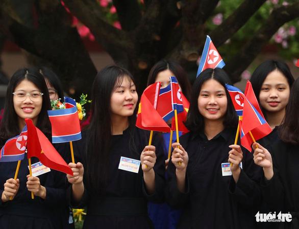 Chủ tịch Kim Jong Un vẫy chào Việt Nam, tàu rời ga Đồng Đăng - Ảnh 24.