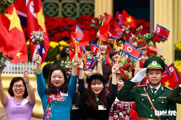 Chủ tịch Kim Jong Un vẫy chào Việt Nam, tàu rời ga Đồng Đăng - Ảnh 23.