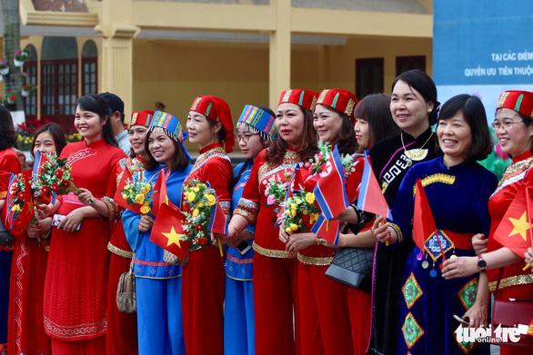 Chủ tịch Kim Jong Un vẫy chào Việt Nam, tàu rời ga Đồng Đăng - Ảnh 25.