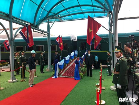 Chủ tịch Kim Jong Un vẫy chào Việt Nam, tàu rời ga Đồng Đăng - Ảnh 11.