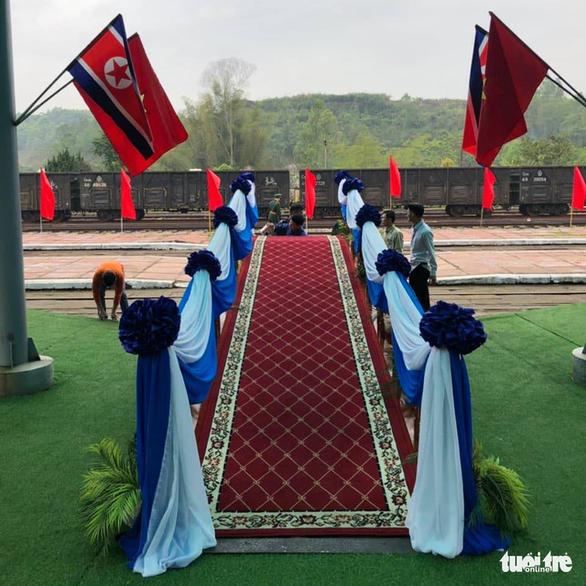 Chủ tịch Kim Jong Un vẫy chào Việt Nam, tàu rời ga Đồng Đăng - Ảnh 20.