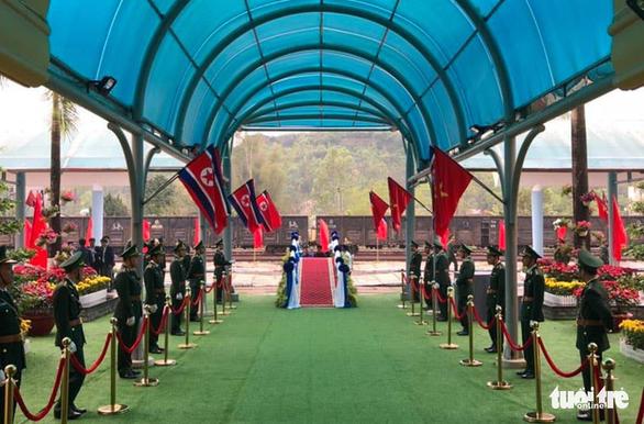 Chủ tịch Kim Jong Un vẫy chào Việt Nam, tàu rời ga Đồng Đăng - Ảnh 21.