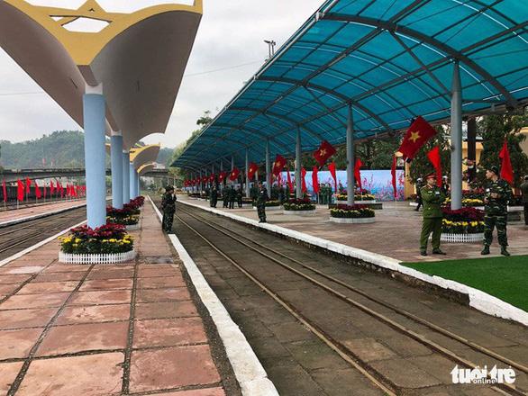 Chủ tịch Kim Jong Un vẫy chào Việt Nam, tàu rời ga Đồng Đăng - Ảnh 22.