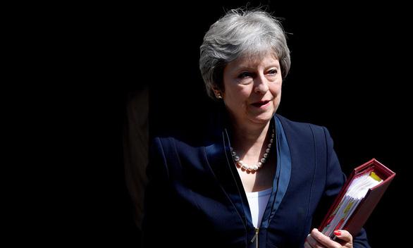Nghị sĩ  Đảng Bảo thủ thúc ép Thủ tướng May rời EU bằng mọi giá - Ảnh 1.