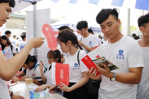 Rầm rộ tổ chức thi tuyển sinh riêng vào tháng 7 - Ảnh 1.