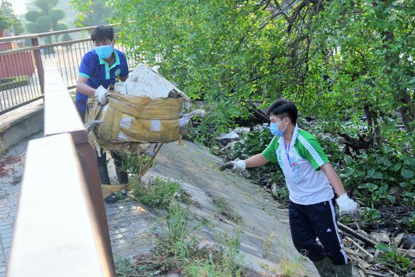 Cuối tuần dậy sớm vớt rác trên sông Bến Tre - Ảnh 1.