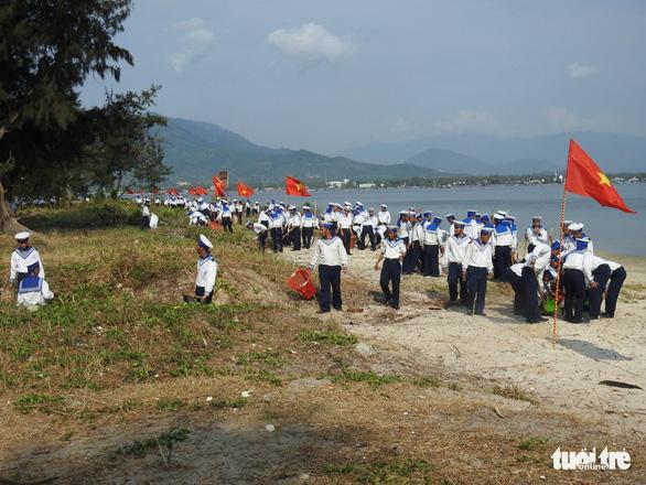 5.000 cán bộ chiến sĩ Vùng 4 Hải quân ra quân làm sạch biển - Ảnh 2.