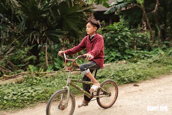 Chuyện cậu bé Sơn La đạp xe: Chúng ta chết dở với trí khôn của chính mình! - Ảnh 1.