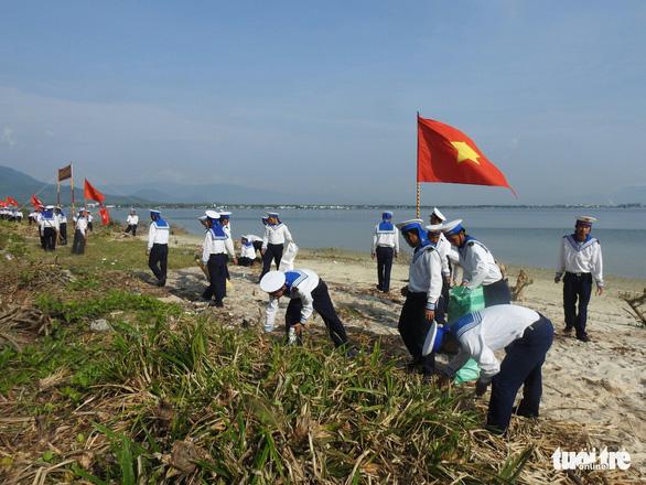 5.000 cán bộ chiến sĩ Vùng 4 Hải quân ra quân làm sạch biển - Ảnh 1.