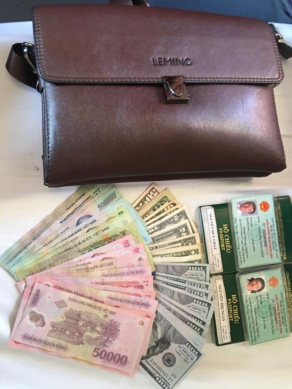 Nhân viên vệ sinh tàu SE2 trả 1.102 USD và 5 triệu đồng cho khách bỏ quên - Ảnh 1.