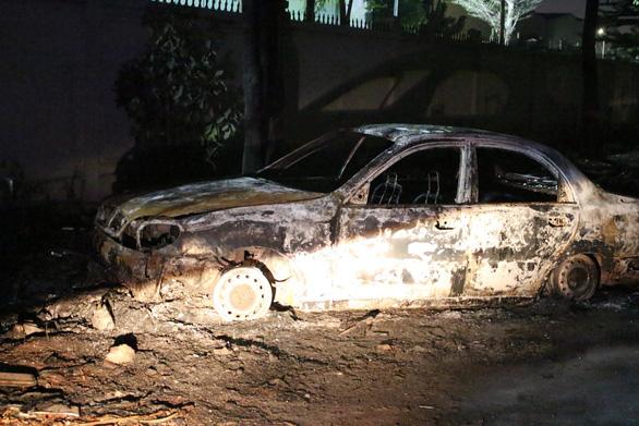Ôtô cháy rụi do tài xế tập lái vào ngay đống rác đang cháy - Ảnh 1.