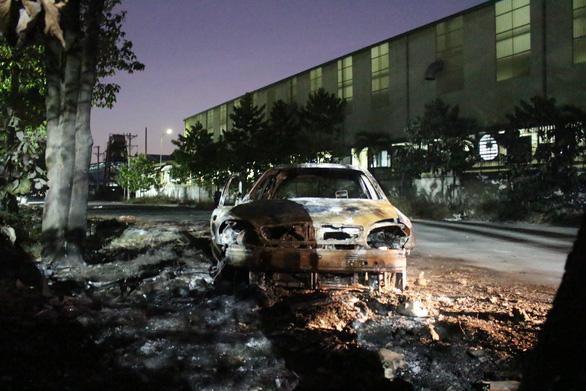 Ôtô cháy rụi do tài xế tập lái vào ngay đống rác đang cháy - Ảnh 2.