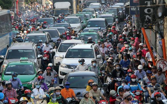 63% người dân TP.HCM ủng hộ hạn chế xe cá nhân là những ai? - Ảnh 1.