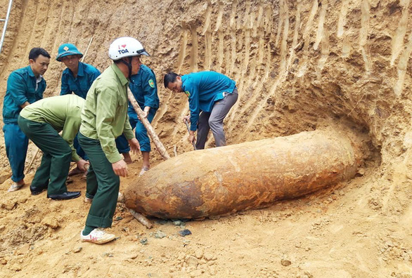 Đào đất làm vườn phát hiện quả bom nặng hơn 1 tấn - Ảnh 1.