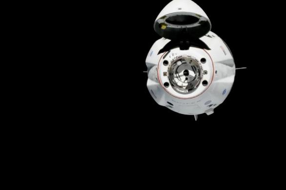 Tàu Crew Dragon kết nối ISS - bước tiến mới đưa con người vào không gian - Ảnh 1.