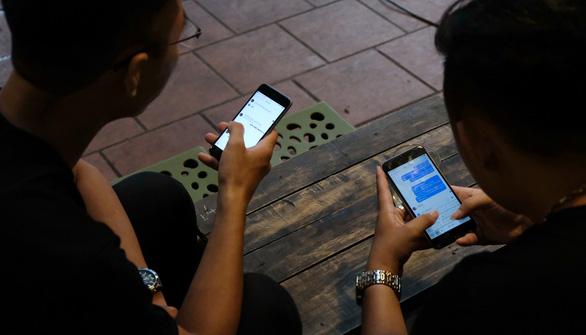 Đừng trách trẻ nhỏ khi người lớn không thể sống thiếu smartphone - Ảnh 2.
