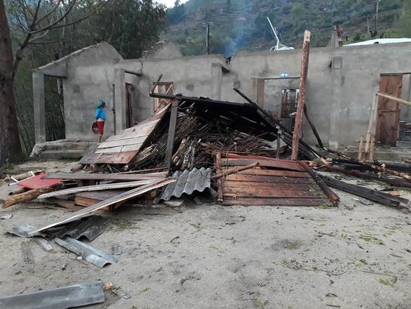 Lốc xoáy tốc mái 2 trường học ở Hà Giang, HS phải nghỉ học - Ảnh 2.