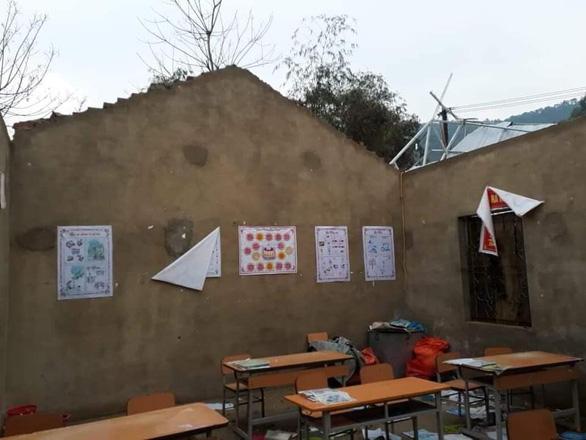 Lốc xoáy tốc mái 2 trường học ở Hà Giang, HS phải nghỉ học - Ảnh 1.