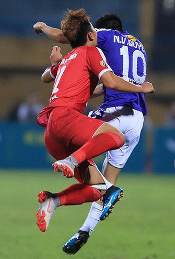 Trọng tài gây hàng loạt tranh cãi ở trận Hà Nội thắng Viettel - Ảnh 3.