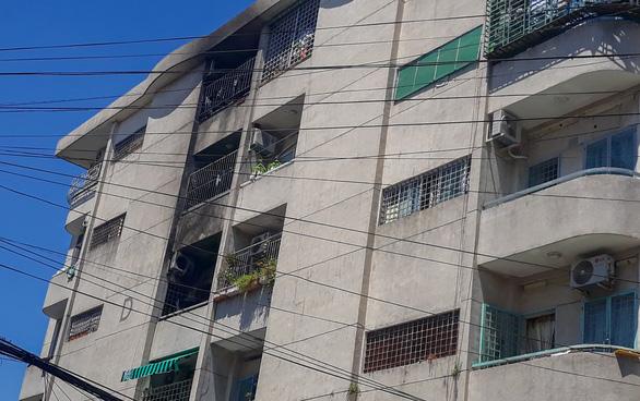 Căn hộ chung cư Sài Gòn bốc cháy giữa trưa - Ảnh 2.