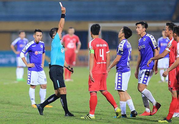 Trọng tài gây hàng loạt tranh cãi ở trận Hà Nội thắng Viettel - Ảnh 1.