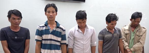 Bắt 5 nghi phạm cắt trộm cáp đồng nhà máy điện mặt trời - Ảnh 1.