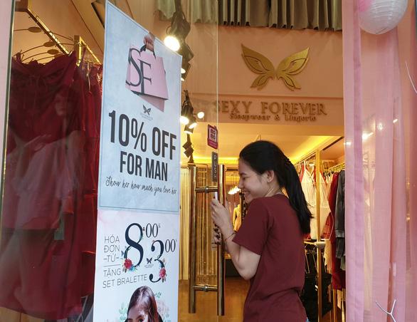 8-3: nam giới được giảm giá khi mua hàng nhạy cảm của phái đẹp - Ảnh 1.