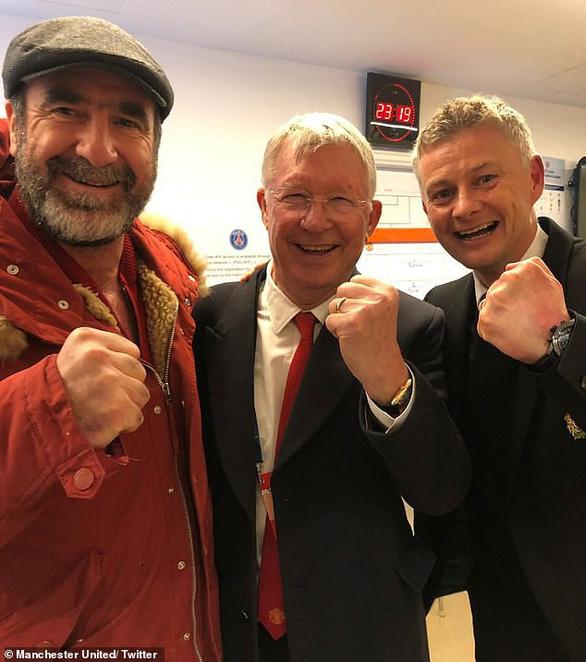 Ngài Alex Ferguson và Cantona chia vui cùng Solskjaer ở phòng thay đồ - Ảnh 1.