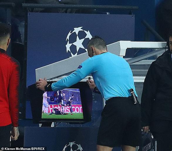 Các chuyên gia nói gì về quả phạt đền của Manchester United ? - Ảnh 1.