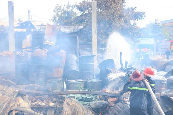 Hai vụ cháy kho hóa chất và công ty gỗ tại Bình Dương - Ảnh 1.