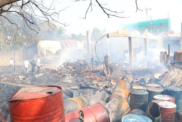 Hai vụ cháy kho hóa chất và công ty gỗ tại Bình Dương - Ảnh 3.