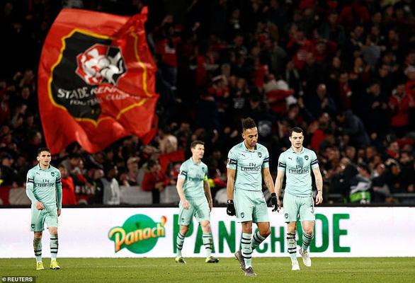 Mất người, Arsenal thảm bại trên đất Pháp - Ảnh 1.