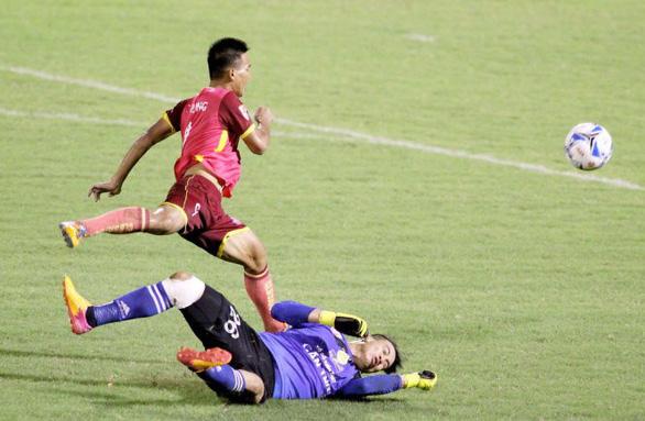 Những pha bạo lực khiến V-League rúng động - Ảnh 3.