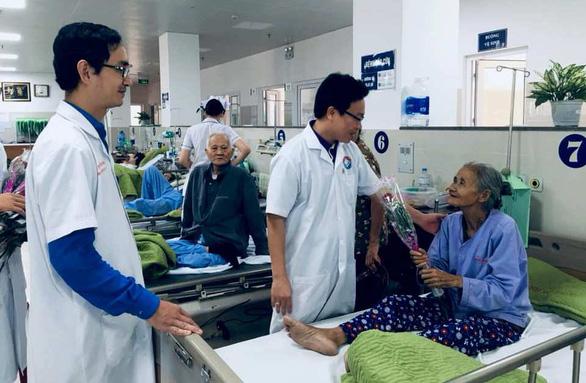 Nam bác sĩ mua hoa tặng nữ bệnh nhân ung thư ngày 8-3 - Ảnh 1.