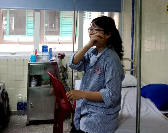Nam bác sĩ mua hoa tặng nữ bệnh nhân ung thư ngày 8-3 - Ảnh 2.