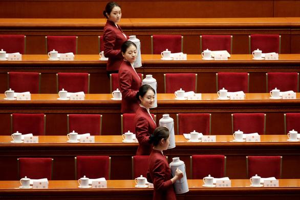 Chuyện trà nước, cấm điện thoại ở kỳ họp Quốc hội Trung Quốc - Ảnh 3.