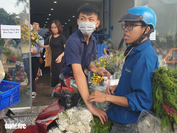 Nhiều cửa hàng ngưng nhận bán hoa 8-3 vì quá tải - Ảnh 1.