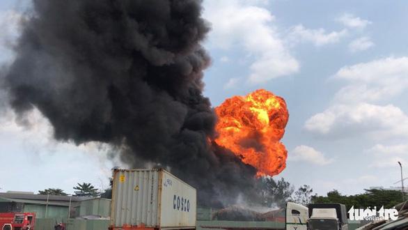 Cháy nổ tại kho hóa chất, công nhân ôm đồ bỏ chạy - Ảnh 2.