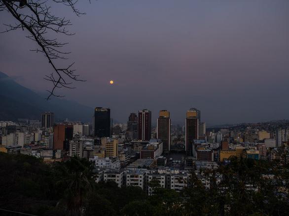 Venezuela bất ngờ cúp điện khắp cả nước, chính quyền nghi có phá hoại - Ảnh 1.