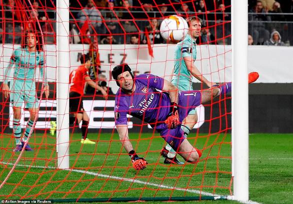 Mất người, Arsenal thảm bại trên đất Pháp - Ảnh 2.