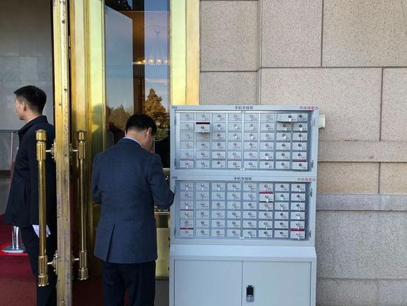 Chuyện trà nước, cấm điện thoại ở kỳ họp Quốc hội Trung Quốc - Ảnh 5.