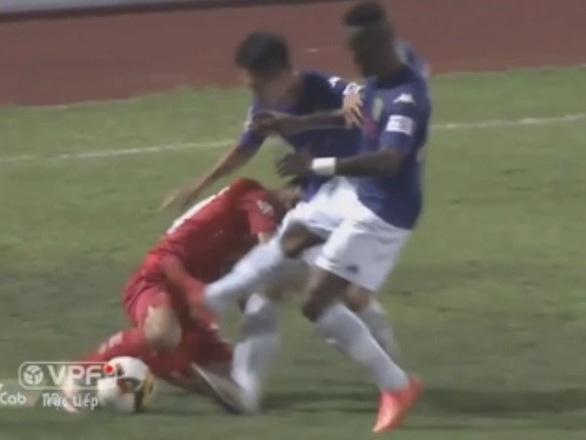 Những pha bạo lực khiến V-League rúng động - Ảnh 5.