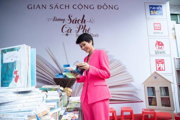 HHen Niê dự khai mạc đường sách tại Lễ hội cà phê Buôn Ma Thuột - Ảnh 2.