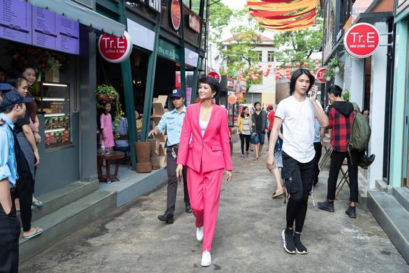 HHen Niê dự khai mạc đường sách tại Lễ hội cà phê Buôn Ma Thuột - Ảnh 4.