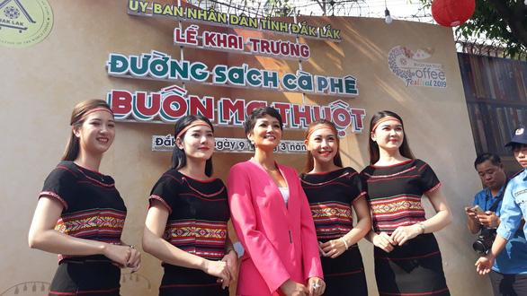HHen Niê dự khai mạc đường sách tại Lễ hội cà phê Buôn Ma Thuột - Ảnh 3.